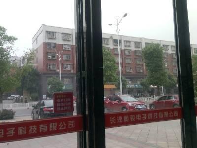 宁乡县,雨,25℃,东风2级。