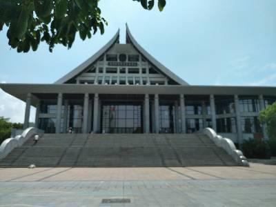 厦大艺术中心 多云,31℃,西南风2级。