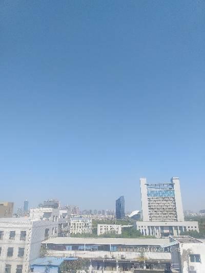 只见蓝天不见云
